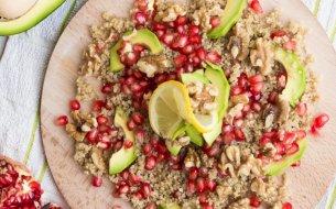 RECEPT: Šalát z quinoy s avokádom a granátovým jablkom