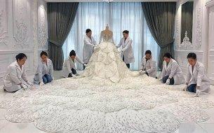 Luxusné svadobné šaty s viac ako 200-tisíc Swarovského krištáľmi: Kto si tento luxus obliekol?
