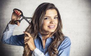Zásady strihania vlasov doma: Ako na ofinku či rozštiepené konce?