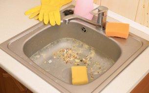 Ako uvoľniť upchatý odtok v kuchyni? Neuveríš, ale toto ti pomôže!