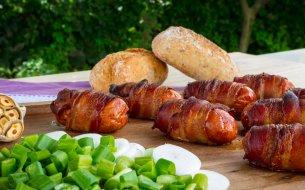 RECEPT: Syrom plnené klobásy obalené v slaninke