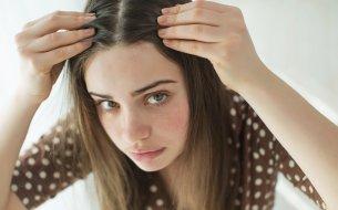 Čo spôsobuje spánok s mokrými vlasmi? Toto vážne nechceš!