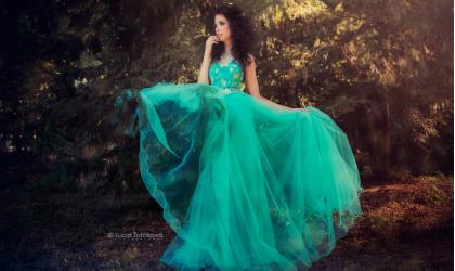 Luxusné spoločenské šaty dýchajúce príbehom ťa okúzlia!