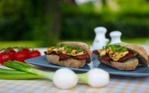 RECEPT: Grilovaný syrový sendvič s klobáskou a jarnou cibuľkou