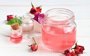 Účinky ružovej pleťovej vody: S ktorými kožnými problémami ti pomôže?