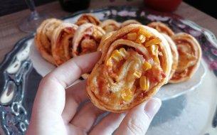 RECEPT: Chutné slimáky z lístkového cesta so slaninou a kukuricou
