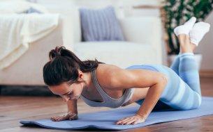 Najlepšie cviky na ramená bez činiek: Vlastná váha ťa dostane do formy!