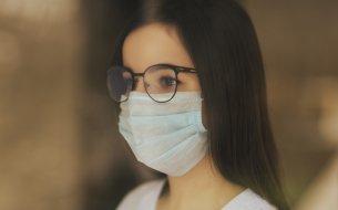 Ako zabrániť roseniu okuliarov pri nosení rúška: Toto potrebuješ ovládať!