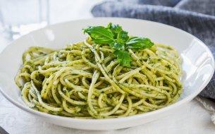 RECEPT: Špagety s pestom z medvedieho cesnaku a cuketou